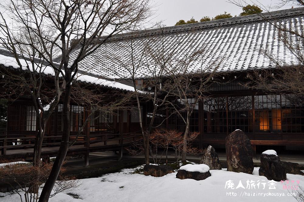 雪積もる潮音庭と大雄苑。建仁寺の雪景色。(京都)