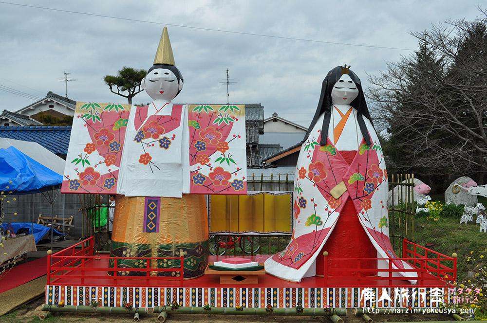 ジャンボ雛人形と人形で作った農場風景。「高取町家の雛めぐり」(奈良)