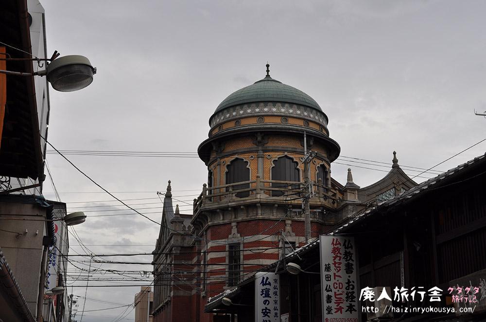 西本願寺門前町に建つ不思議な外観の建物、伝道院。(京都)