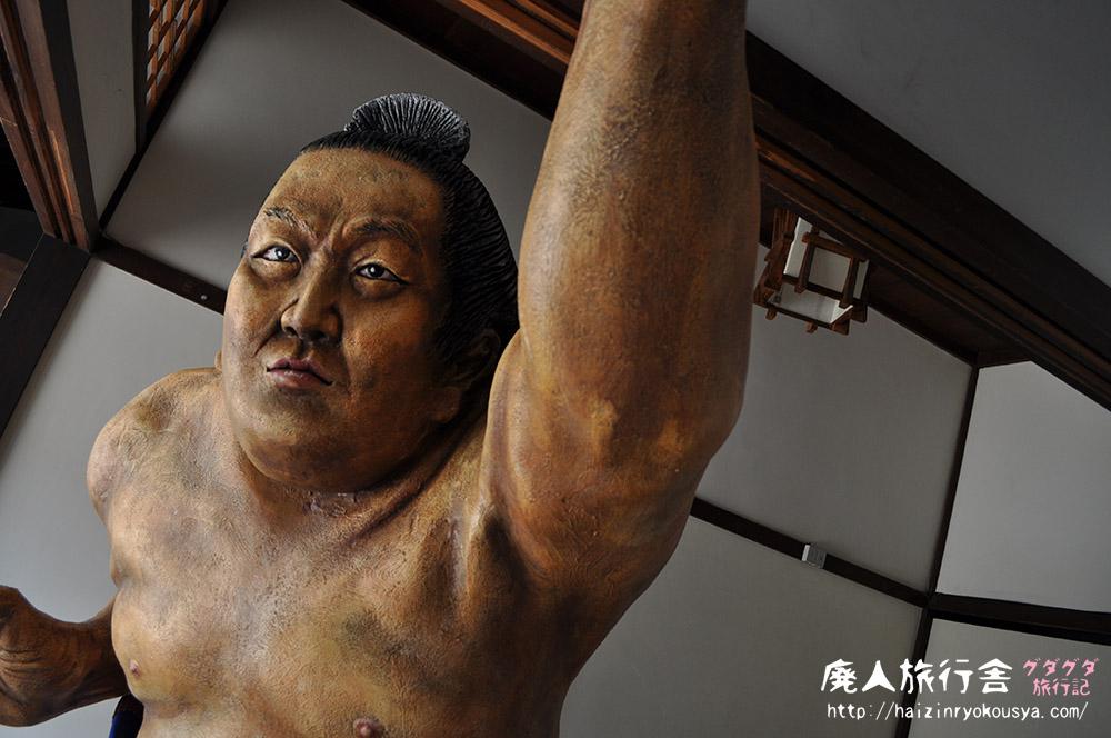 どすこい!と突き出す、ド迫力の横綱琴桜人形!「琴桜記念館」(鳥取)